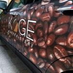 Bil med print af kaffebønner