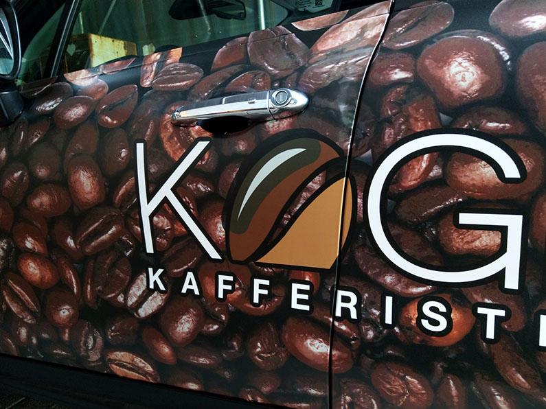 Folie på bil med print af kaffebønner