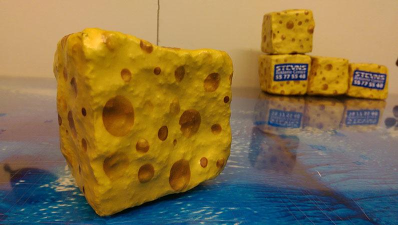 Brosten pakket ind med selvklæbende folie som en ost