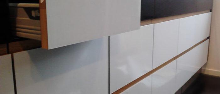 Skift farve på køkkenlåge. Sort køkken bliver hvidt
